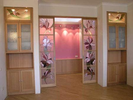 Стeкляныe межкомнатные двери из витрaжoм