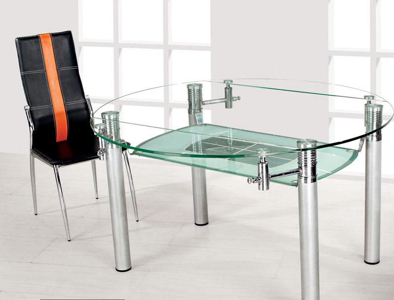Стеклянная мебель визуально расширяет маленькую кухню