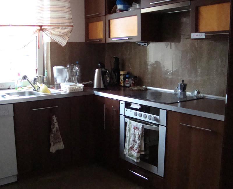 Темные цвета мебели визуально сжимают и так маленькую кухню