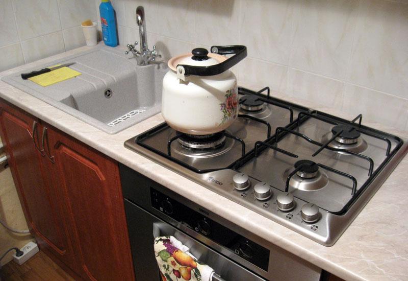Применение в маленькой кухне встроенной техники и варочных панелей существенно экономит площадь