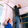 Как правильно наклеить обои на потолок