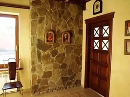 Сочетание обоев и декоративного камня в коридоре 15