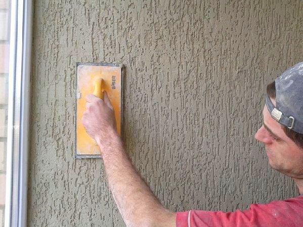 Отделка стен штукатуркой короед
