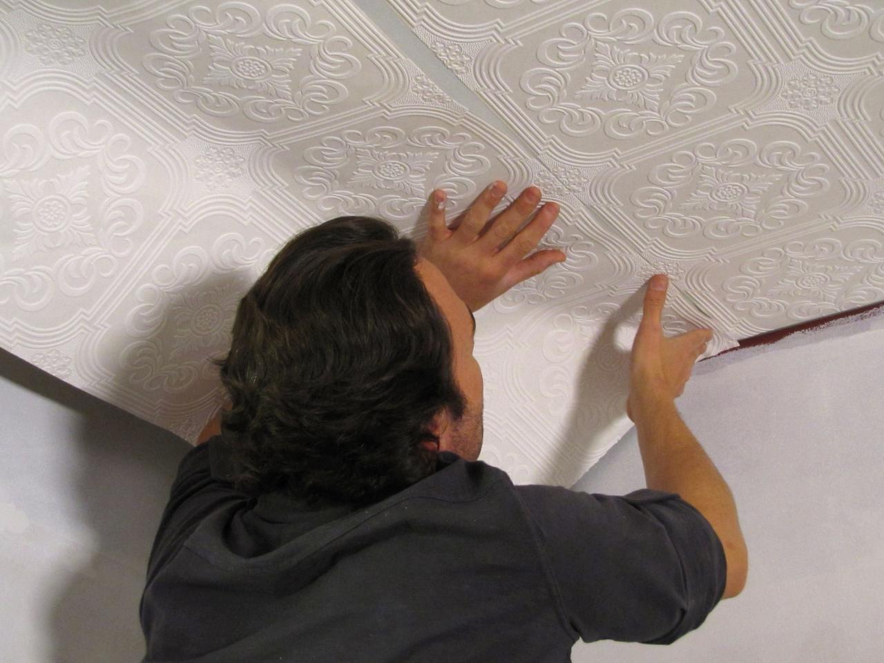 Как поклеить потолок своими руками