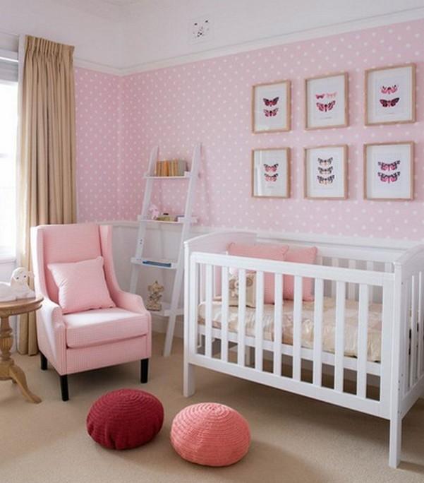 нежно-розовые обои в детской