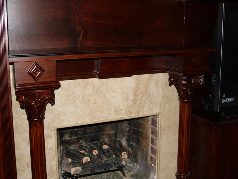 Камин, декорированный под дорогое красное дерево