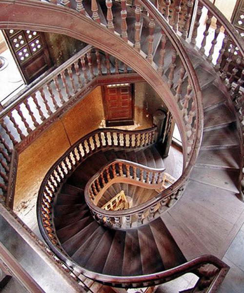 Комбинированная лестница: авангардный вариант сочетания маршевых и винтовых конструкций