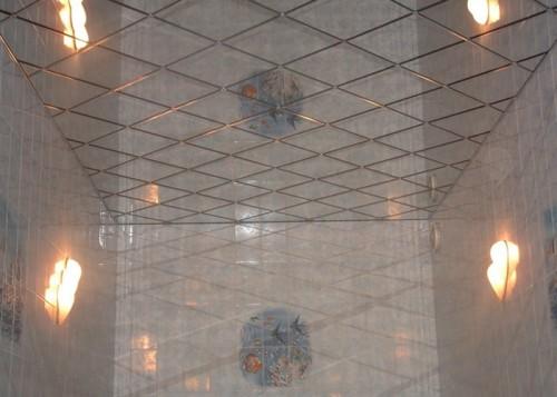 Потолок из зеркальных полистирольных плит