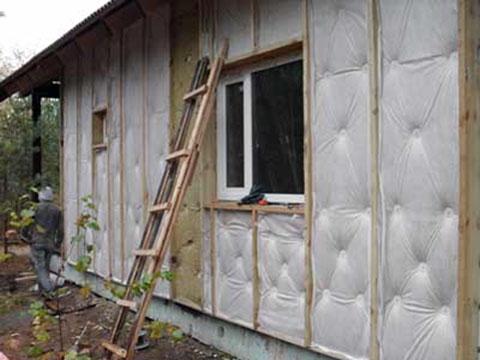 Стены брусового дома лучше всего защищать по технологии вентилируемых фасадов