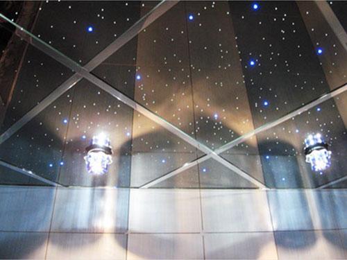Интересный бликовый эффект при использовании точечных светильников