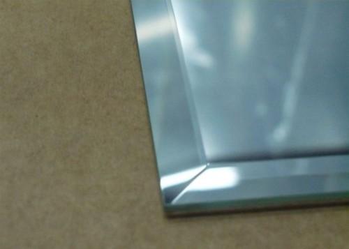 Зеркало с фацетом: преломление светового луча образует радугу