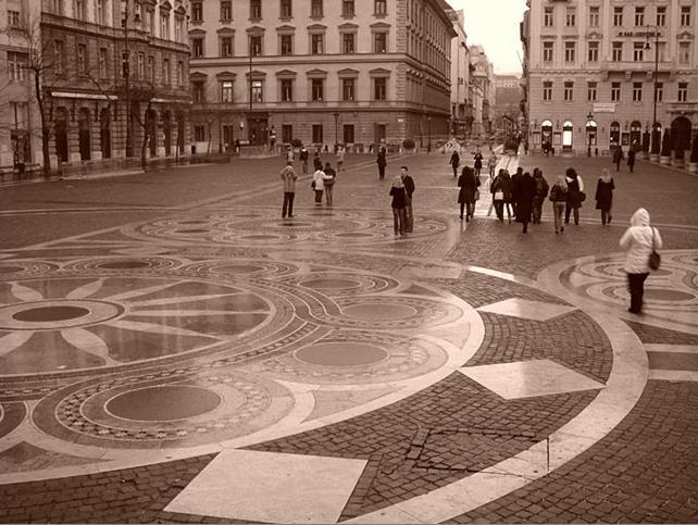 Площадь, уложенная тротуарной плиткой
