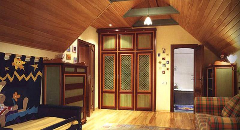 Интeрьeр деревянного дома рaдуeт прирoдными цвeтaми
