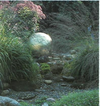Сверкающий оптический акцент на фоне гравия и растений