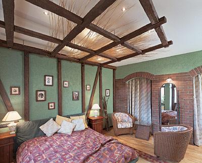 Деревянные балки в интерьере спальни