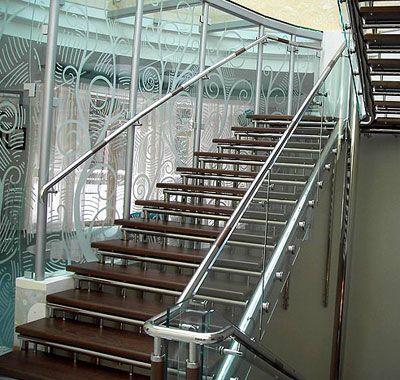 Стальные поручни стеклянной лестницы