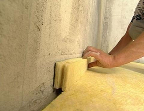 Большая часть звуков в квартиру проходит сквозь незаделанные щели и отверстия