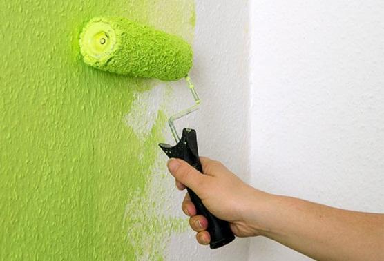 Покраска обоев 95 фото как красить своими руками флизелиновые обои как перекрасить жидкие и обычные обои валиком на стене