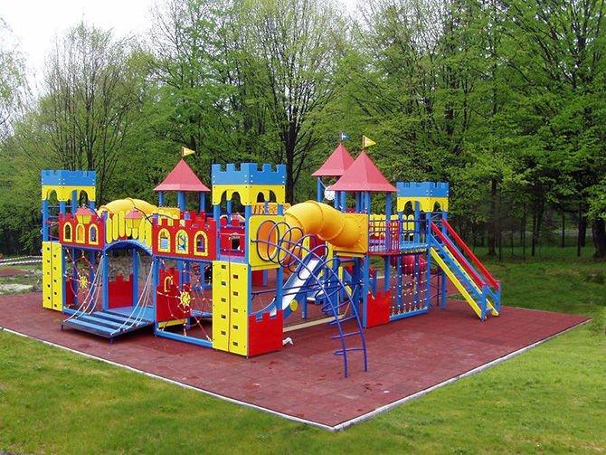 Кто устанавливает детские площадки во дворах