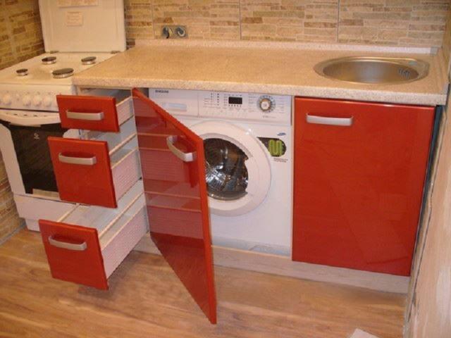 Встроенная стиральная машина на кухне