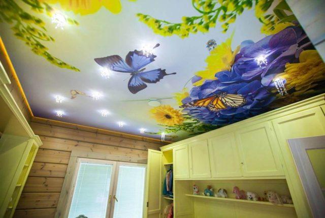Дизайн натяжного потолка на кухне