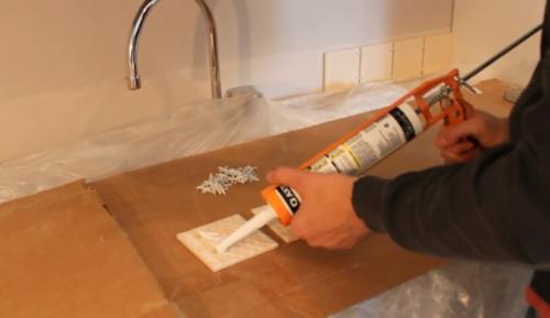 Как клеить плитку на стену своими руками