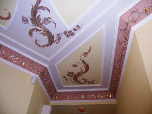 Декоративный потолочный плинтус из гипса
