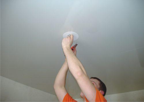 Если натяжной потолок проткнуть, что будет