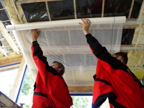 Как правильно закрепить пароизоляцию на потолок