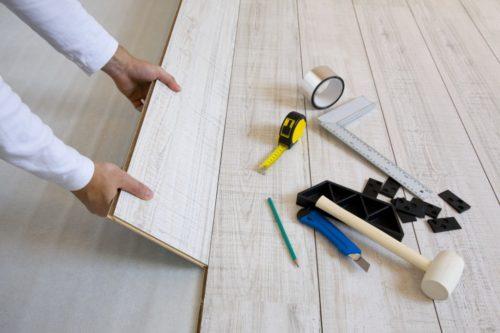 Ламинат на потолок: как крепить, фото интерьеров