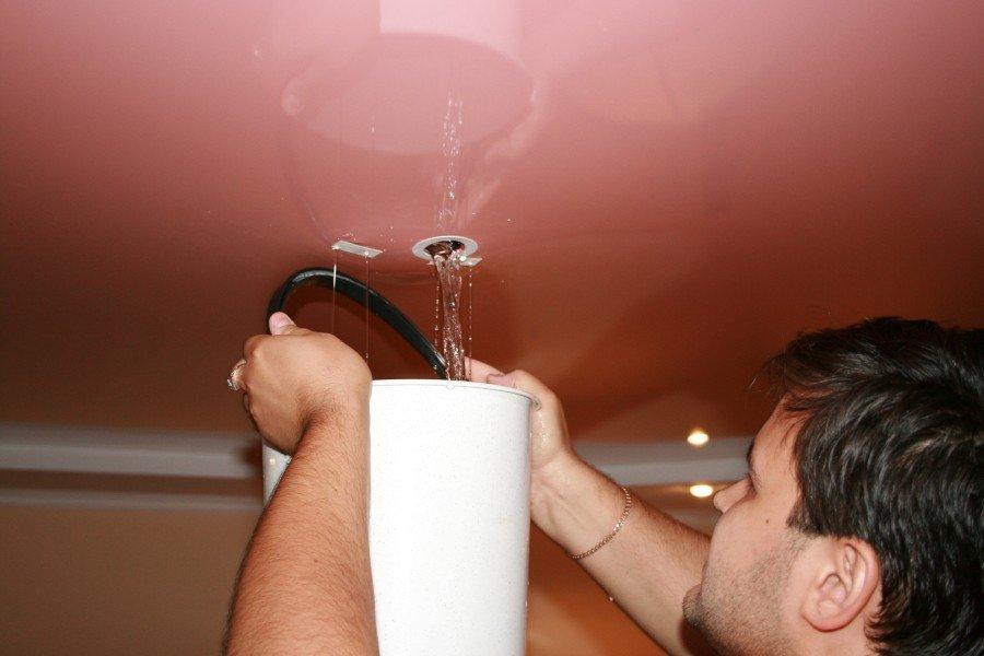 Как слить воду с натяжного потолка самому: пошаговая фото и видео инструкция