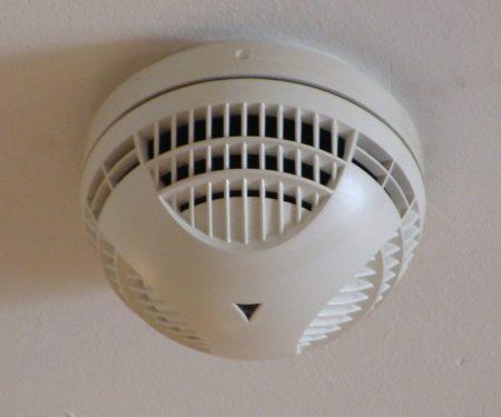 Вентиляция в натяжном потолке и запотолочные пожарные датчики
