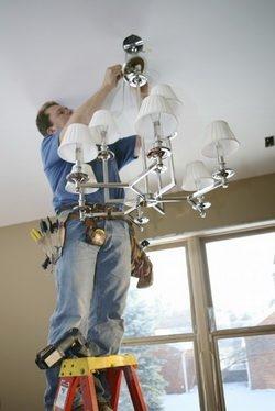 Как снять люстру с потолка