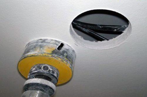 Как заделать дырку в гипсокартоне на потолке