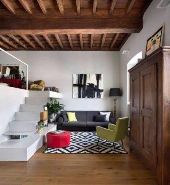 Второй этаж в комнате с высокими потолками