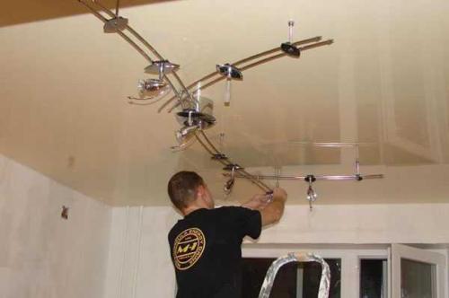 Как крепятся люстры к натяжному потолку