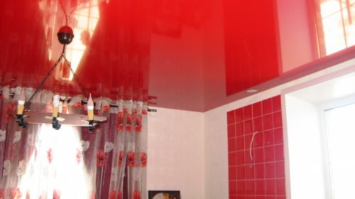 Красный натяжной потолок: на кухне, в ванной и спальне
