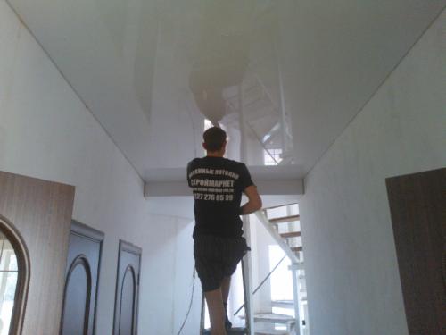 Какой потолок лучше - матовый или глянцевый