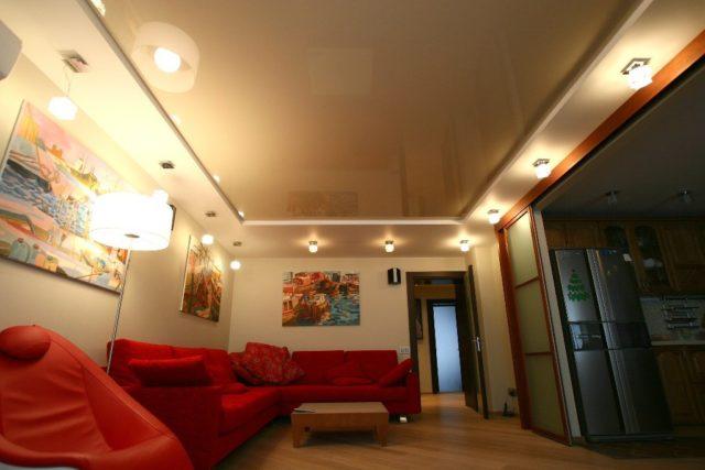 Бежевый натяжной потолок, золотой – фото в интерьере