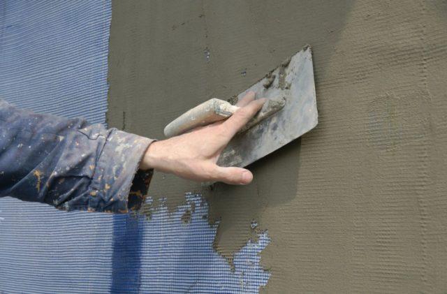 Осыпается штукатурка на стенах: как укрепить, чем замазать